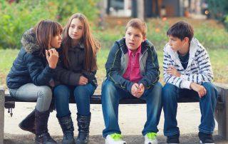 Tieners op Bankje