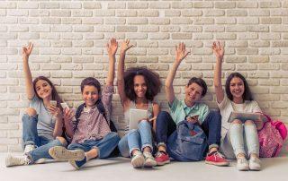 Tieners tegen muur