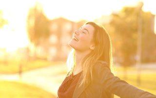 Meisje blij in zon