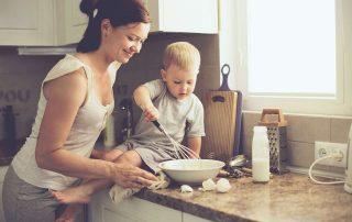 Moeder met peuter op aanrecht