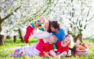 Ouders en kinderen picknicken tijdens de lente