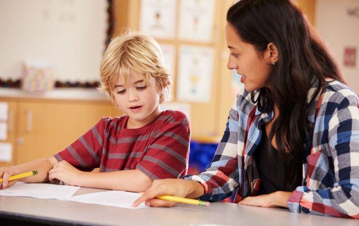 Meisje helpt jongen bij huiswerk