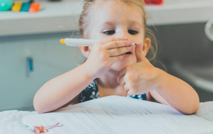 Meisje tekent op haar hand