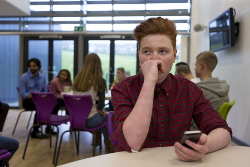 Jongere zit eenzaam in de klas