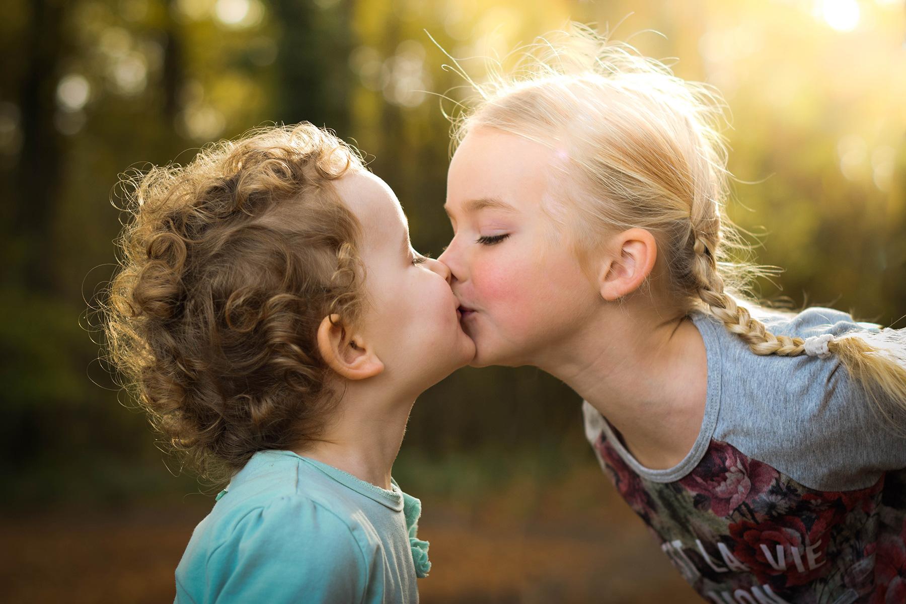 Kinderen geven elkaar een kusje