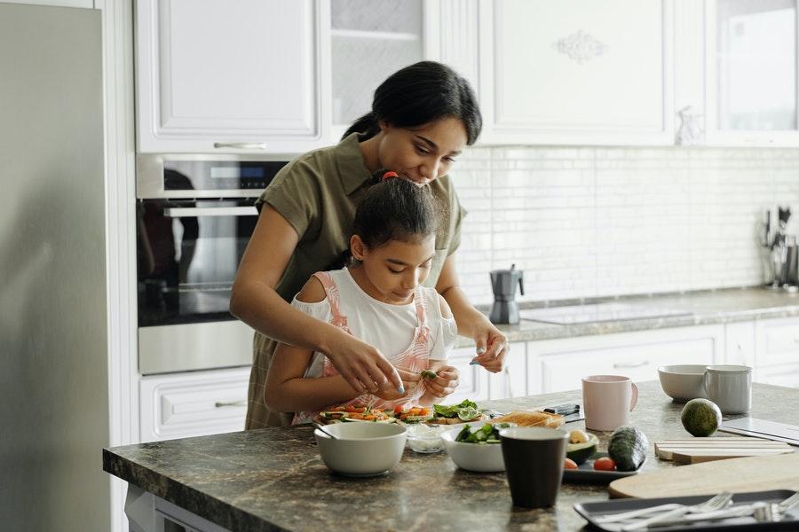 kind helpen huishouden taakjes
