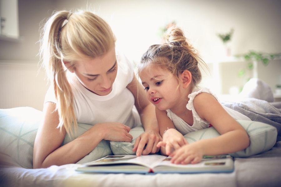 kind boekje voorlezen
