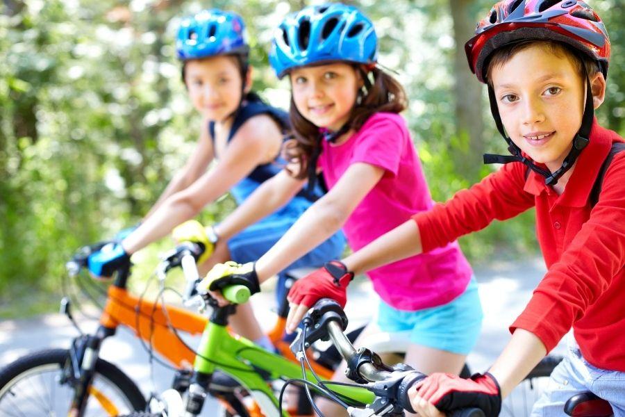 kinderen sporten fietsen
